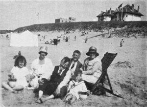 W.F. Hermans als achtjarig jochie op het strand van Katwijk. Op de achtergrond Villa Allegonda en de villa's van prinses Juliana.